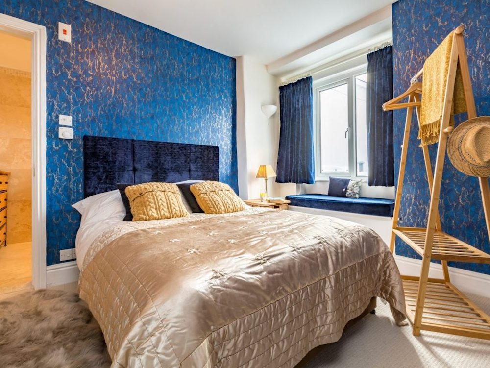 blue walls gold bed
